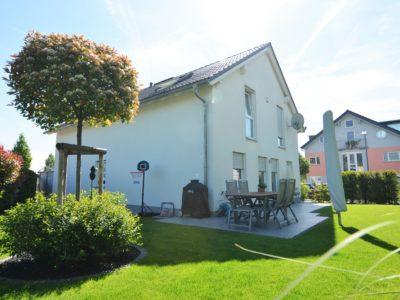 RiedbergImmobilien_freistehendes_Einfamilienhaus_Quartier_Schoene_Aussicht_Hausansicht_Garten