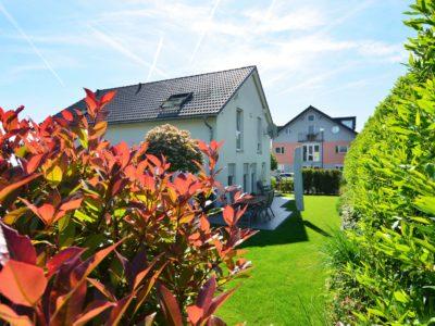 RiedbergImmobilien_freistehendes_Einfamilienhaus_Quartier_Schoene_Aussicht_Hausansicht_Garten2