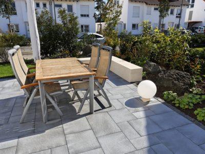 RiedbergImmobilien_freistehendes_Einfamilienhaus_Quartier_Schoene_Aussicht_Hausansicht_Terrasse_Sitzgelegenheit