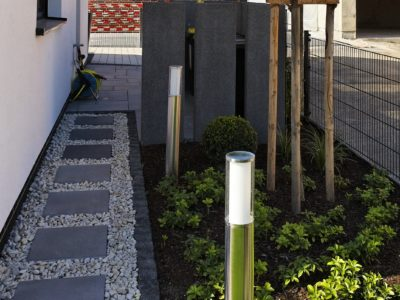 RiedbergImmobilien_freistehendes_Einfamilienhaus_Quartier_Schoene_Aussicht_Hausansicht_Vorgarten