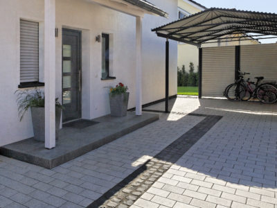 RiedbergImmobilien_freistehendes_Einfamilienhaus_Quartier_Schoene_Aussicht_Hauseingang_Einfahrt
