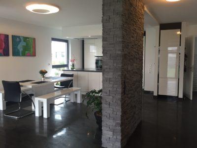 RiedbergImmobilien_freistehendes_Einfamilienhaus_Quartier_Altkoenigblick_Erdgeschoss_Kueche_Essen