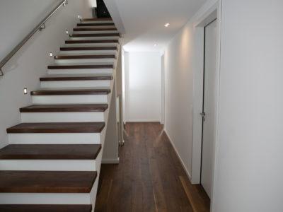 RiedbergImmobilien_freistehendes_Einfamilienhaus_Quartier_Altkoenigblick_Flur_Treppenaufgang