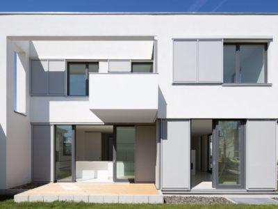 RiedbergImmobilien_freistehendes_Einfamilienhaus_Villa_weiße_Stadt_Hausansicht_Garten