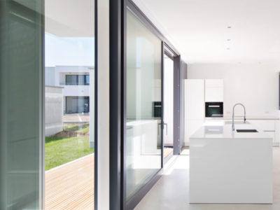 RiedbergImmobilien_freistehendes_Einfamilienhaus_Villa_weiße_Stadt_Kueche