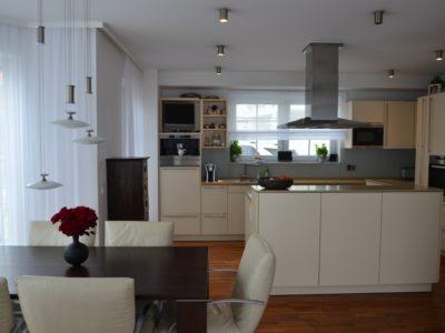 RiedbergImmobilien_freistehendes_Einfamilienhaus_Quartier_Schoene_Aussicht_Kueche_Essen_EG