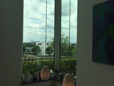 RiedbergImmobilien_Wohnung_Skylineblick_Quartier_Schoene_Aussicht_Fenster_Galerie_Esstisch