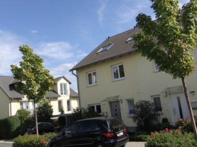 RiedbergImmobilien_Doppelhaus_Quartier_Schoene_Aussicht_Hausansicht