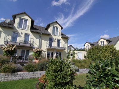 RiedbergImmobilien_Doppelhaus_Quartier_Schoene_Aussicht_Rückansicht_Garten