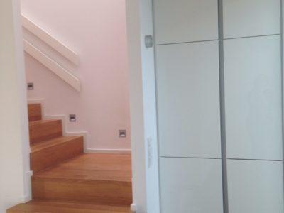 RiedbergImmobilien_freistehendes_Einfamilienhaus_Treppenaufgang_weisse_Stadt